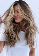 Η δοκιμασμένη και πετυχημένη συνταγή για να ανοίξεις τα μαλλιά σου στον ήλιο