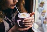 Γιατί να προσθέσετε κανέλα στον καφέ σας; Αυτοί οι λόγοι θα σας πείσουν