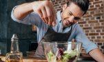 Αλάτι: Ποια μυρωδικά το «αντικαθιστούν» για να το μειώσετε χωρίς να χάσετε γεύση