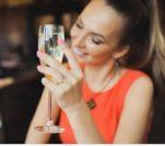 Μη πίνεις λευκό κρασί γιατί…