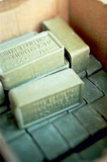 Πράσινο σαπούνι: 7 χρήσεις του που θα σου «λύσουν» τα χέρια