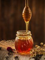 Γιατί το μέλι πρέπει να φυλάσσεται στο φαρμακείο του μπάνιου και στον καθρέφτη της τουαλέτας μας. 13 τρόποι εκμετάλλευσης του και φυσικές θεραπευτικές συνταγές.