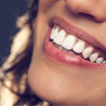 Αλάτι για λευκά δόντια: 2 τρόποι να το χρησιμοποιήσεις για ένα λαμπερό χαμόγελο