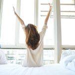 Σου φαίνεται δύσκολο το πρωινό ξύπνημα; Οι κινήσεις πριν κοιμηθείς και αφού ξυπνήσεις για να φαίνεσαι φρέσκια