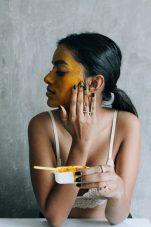 DIY: 3 μάσκες ενυδάτωσης, λάμψης και θρέψης με υλικά που υπάρχουν στην κουζίνα σας!