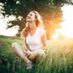 Ποια ορμόνη φταίει αν νιώθεις πεσμένη πριν την περίοδο και ποιες τροφές θα σε βοηθήσουν;