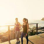 Περπάτημα μετά το φαγητό: Έρευνες για το πώς βελτιώνει την πέψη, το σάκχαρο και μειώνει το κίνδυνο για καρδιαγγειακά νοσήματα