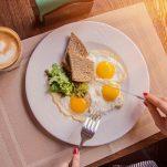 Τι να φάω για να νιώσω καλύτερα ψυχολογικά; Οι τροφές – σύμμαχοί μας στο lockdown